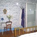 Coin salle d'eau dans la chambre