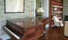 Piano dans le salon pour les mélomanes